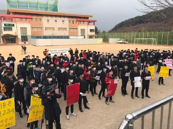17일 경북 경산시 문명고등학교 운동장에서 재학생들이 국정 역사교과서 연구학교 신청에 항의하는 집회를 벌이고 있다. [사진 김정석 기자]