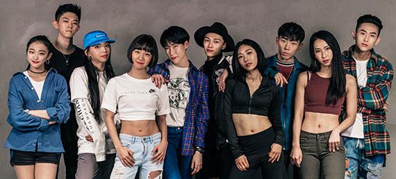 인기 음악에 자신의 색을 덧입혀 재창조하는 크리에이터들이 늘어나고 있다.원밀리언 댄스 스튜디오 멤버들. 오른쪽에서 넷째가 리아 킴. [사진 유튜브]