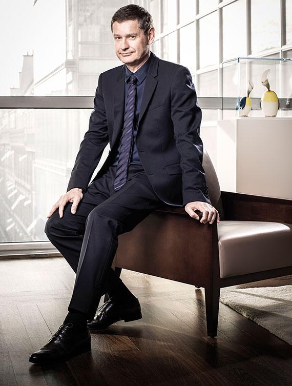 """시릴 비네론 까르띠에 CEO는 특별한 날에는 디올이나 한국 디자이너 우영미의 수트를 입는다고 한다. 인터뷰 당일은 디올 수트에 우영미 셔츠를 입고 나왔다. 그는 """"우영미는 환상적""""이라고 말했다. [사진 까르띠에]"""
