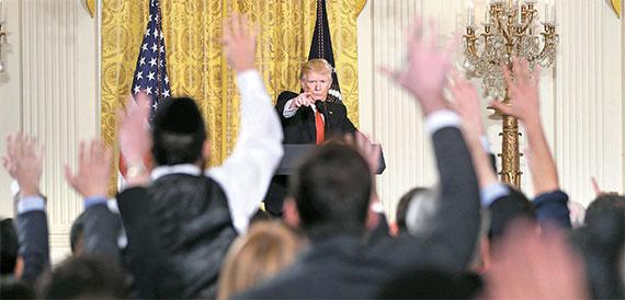 """도널드 트럼프 미국 대통령이 16일 백악관에서 기자회견을 가졌다. 노동장관 후보자를 소개하기 위한 회견이었지만 그는 언론을 향한 불만을 쏟아냈다. 미 언론들은 """"전례 없는 놀라운 순간""""이라고 논평했다. [AP=뉴시스]"""