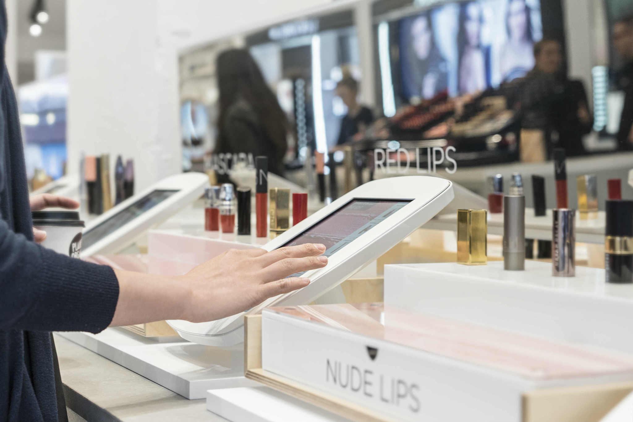 페이블드바이 마리끌레르의 오프라인 매장에서 볼 수 있는 마리끌레르 디지털 매거진.