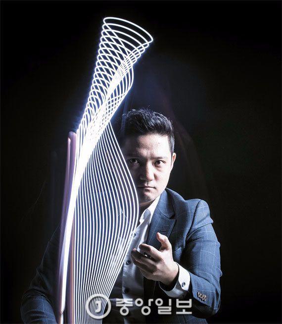 안두현은 페이스북 페이지 '클래식에 미치다'를 3년 전 만들었다. 현재 양평필 상임지휘자인 그가 LED 조명을 지휘봉처럼 휘저어 선을 그렸다. 권혁재 사진전문기자