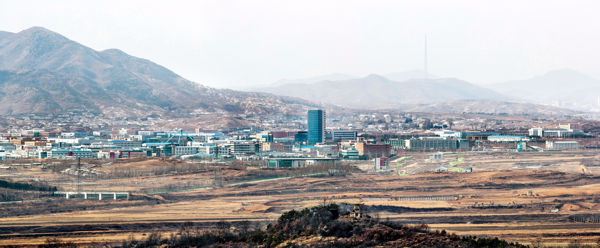 지난해 초 북한의 4차 핵실험과 장거리 로켓(미사일) 발사로 정부가 개성공단 가동을 중단했다. 123개의 기업이 가동 중이던 개성공단은 정적이 감돌았다. [사진 중앙포토]