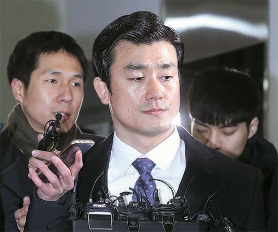 이영선 청와대 행정관이 24일 피의자 신분으로 서울 대치동 특검사무실에 출석하고 있다. [사진 박종근 기자]