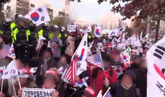 24일 박영수 특검 집 앞에서 일어난 특검 규탄 집회의 모습 [사진 유튜브 영상 캡처]