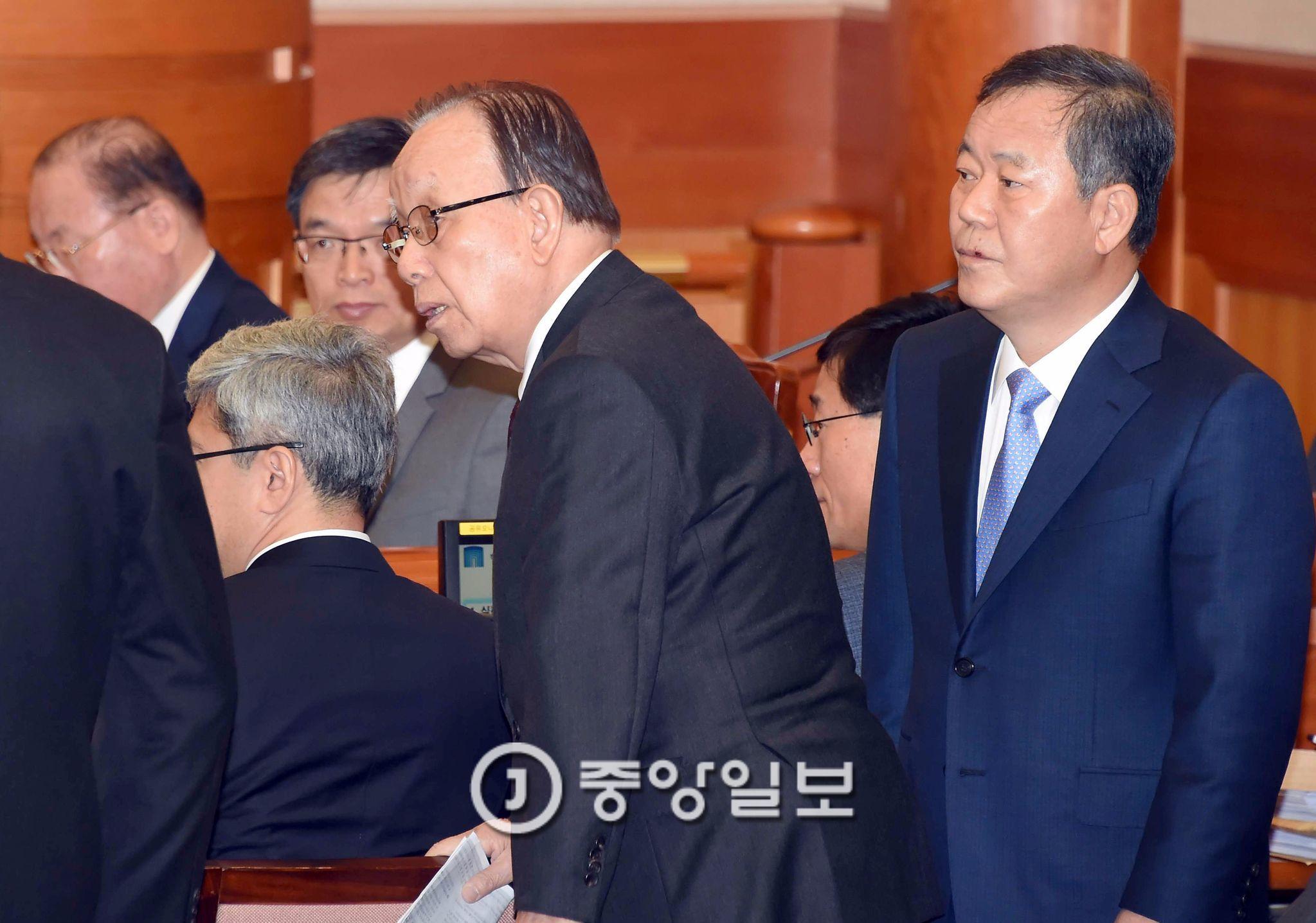 박 대통령의 탄핵심판 대리인을 맡고 있는 김평우 전 대한변협 회장(오른쪽) [중앙포토]