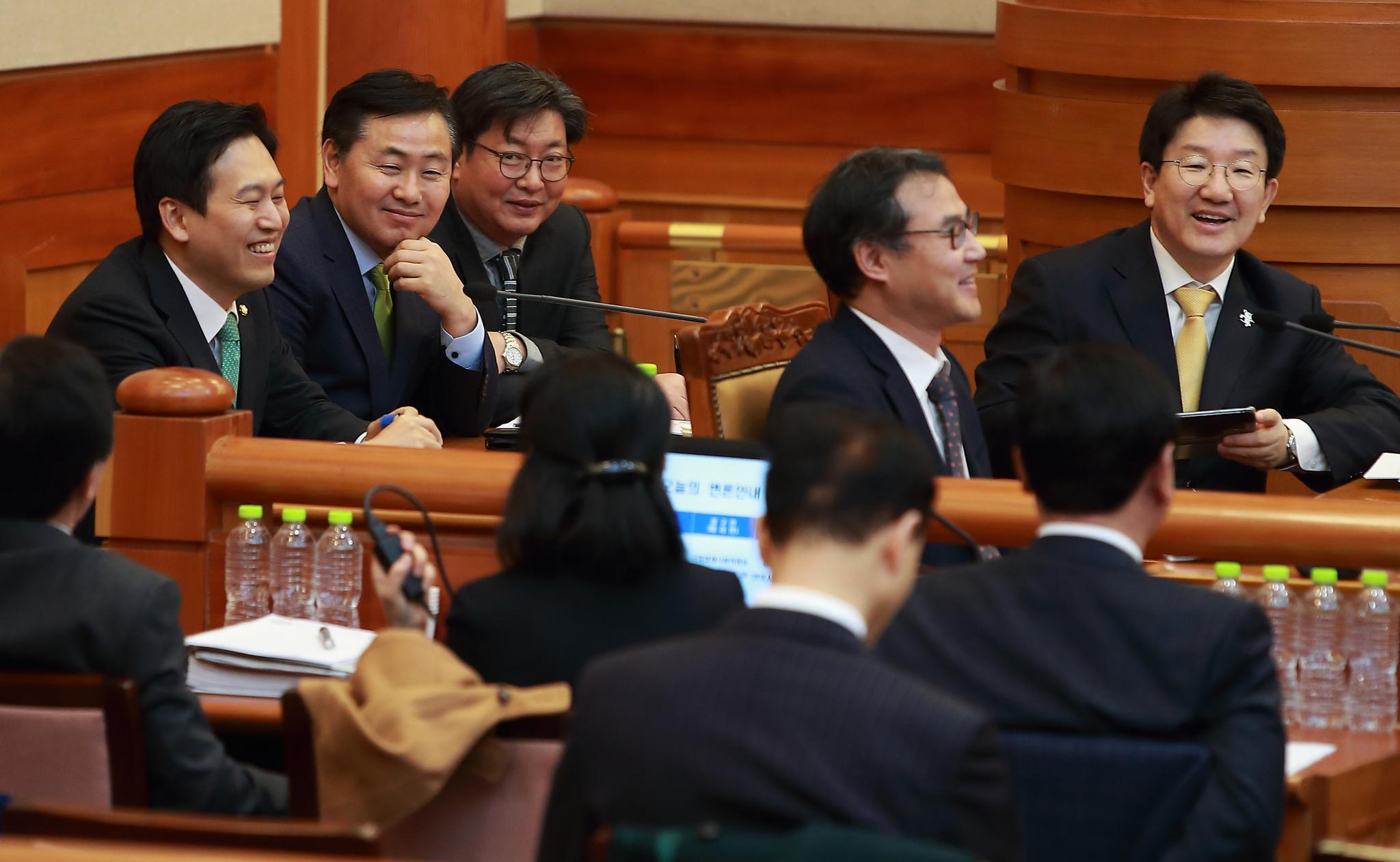 16일 오후 서울 종로구 재동 헌법재판소 대심판정에서 열린 박근혜 대통령 탄핵심판 14차 변론에서 국회소추위원장인 권성동 법사위원장 등 소추위원과 변호사들이 변론을 준비하며 이야기를 나누고 있다. 사진공동취재단