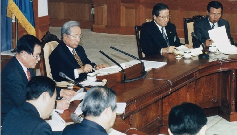 97년 7월 3일 김영삼대통령이 청와대에서 강경식 부총리(右) 등이 배석한 가운데 박성용 금융개혁위원장(左)으로부터 금개위가 마련한 금융개혁 방안을 보고받고 있다.