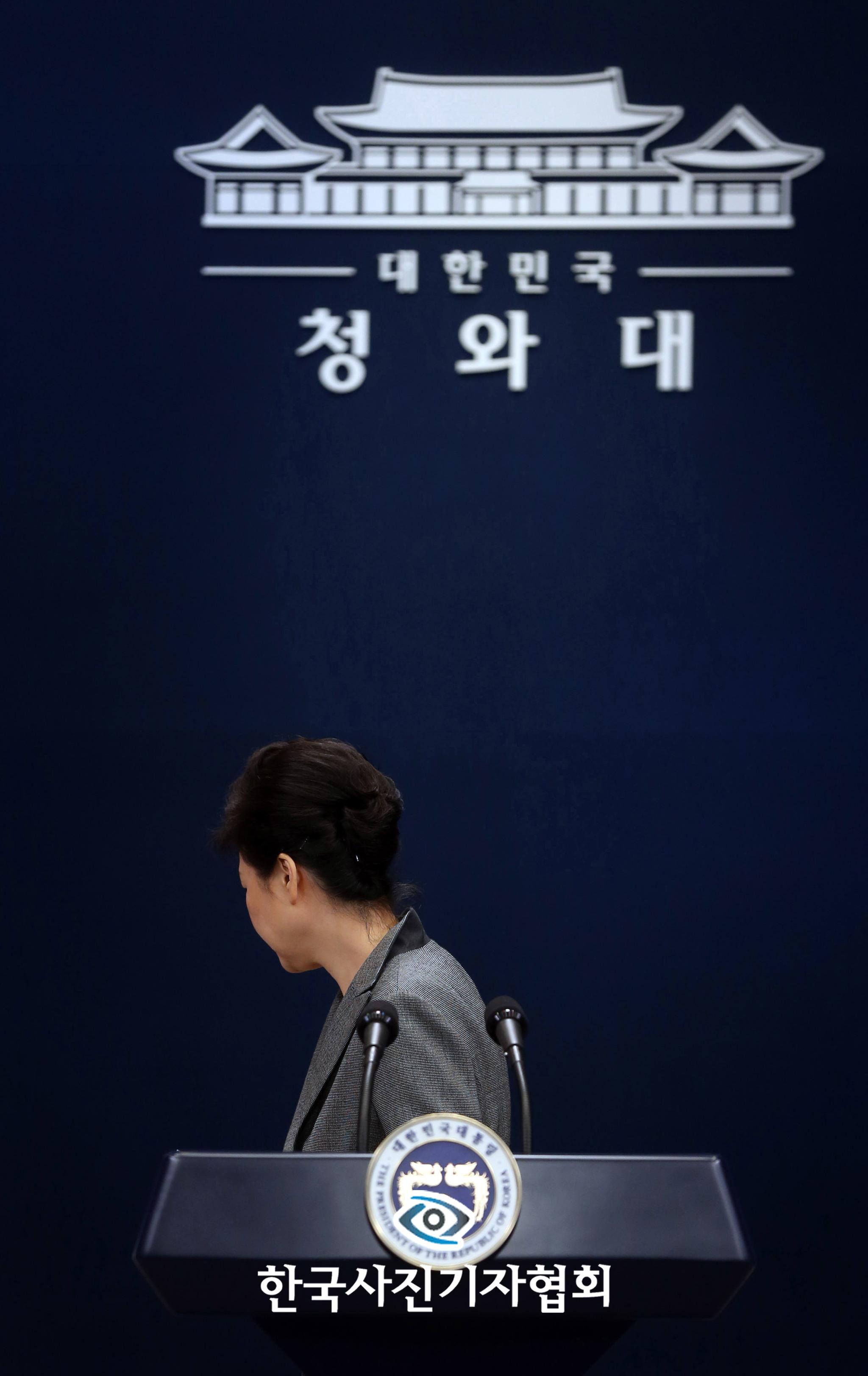 <제53회 한국보도사진전-people in the news 최우수상>박근혜 대통령이 지난해 11월 29일 3차 대국민담화를 발표하고 뒤돌아서서 퇴장하고 있다. 박 대통령은 이날 하야 시점을 국회서 합의하면 그 때 물러날 뜻이 있음을 밝혔다.김성룡기자