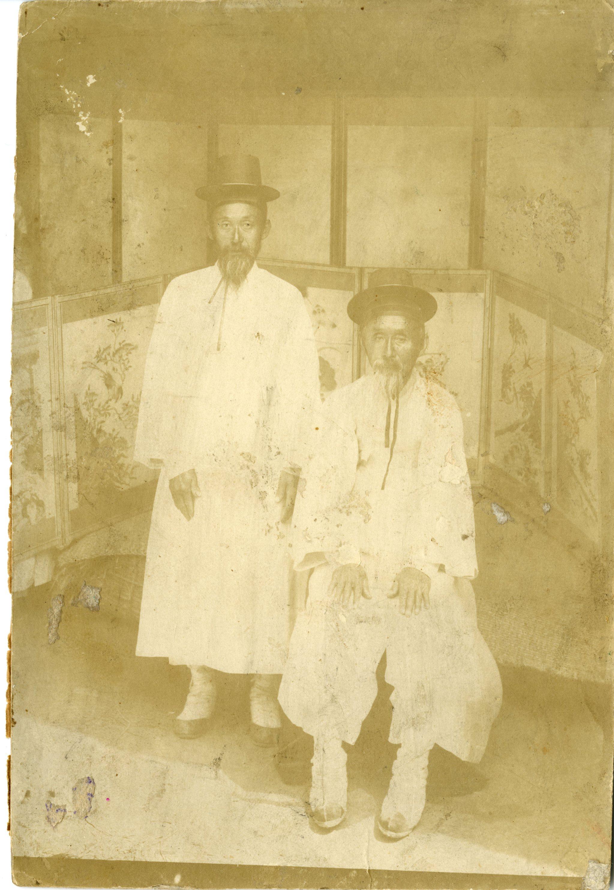제암리 학살로 희생된 순국열사 안종락 선생(왼쪽)이 아버지 안상옥과 함께 찍은 생전 모습  [사진 제암리 3ㆍ1운동 순국기념관]