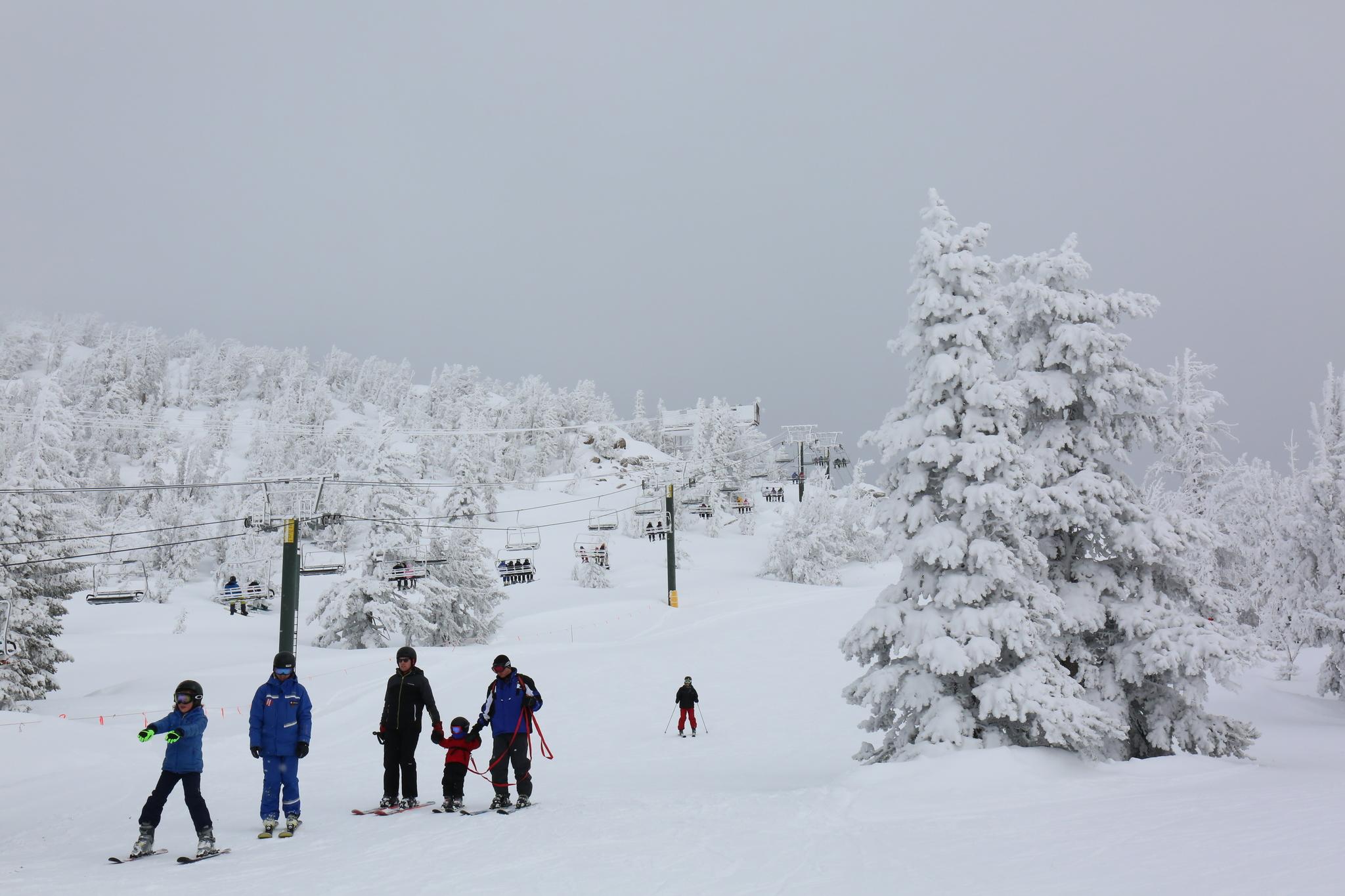 헤븐리 마운틴 리조트에서 스키를 즐기는 사람들. 헤븐리 마운틴 리조트는 레이크타호에서 가장 규모가 큰 스키 리조트다.