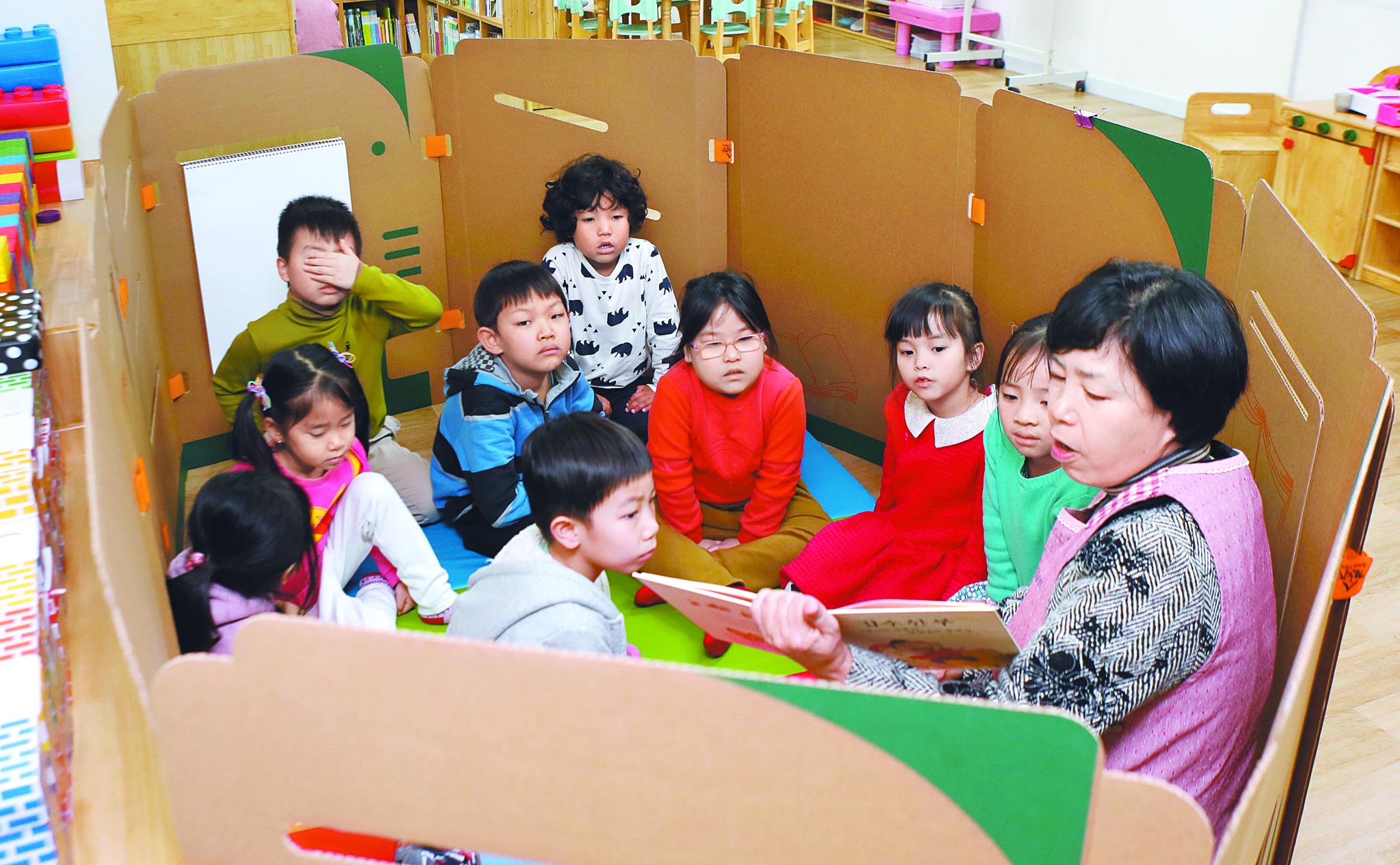 지난 16일 경기도 파주시 생명꿈나무돌봄센터에서 독서 수업을 하고 있다. 이 곳에선 퇴근이 늦은 부모를 위해 오후 8시까지 아이들을 돌봐준다. [파주=김춘식 기자]