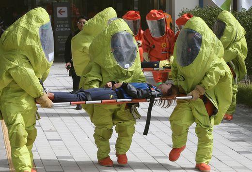 부산의 인구밀집 다중이용시설에서 발생한 화확, 생물무기 테러공격에 노출된 부상자를 구조하는 훈련 [사진 중앙포토]