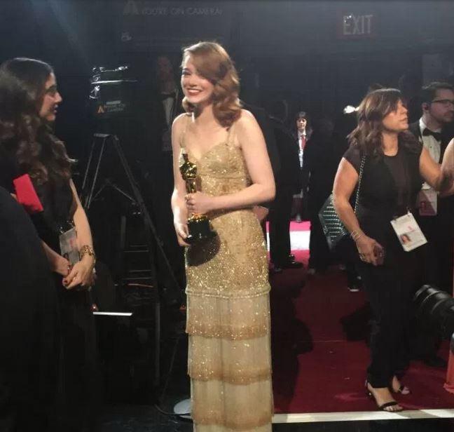 """브라이언 쿨리넌이 """"최고 여배우상 수상자인 엠마 스톤이 백스테이지에(Best Actress Emma Stone backstage! #PWC)""""라는 트위터와 함께 올린 앰마 스톤의 사진. 현재 이 트위터는 삭제된 상태다."""