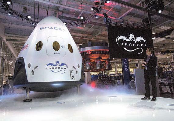 2014년 5월 미국 캘리포니아주 호손에서 스페이스 X의 유인 우주선 '드래곤 V2'를 소개하는 일론 머스크. 내년 발사 예정이다. [로이터=뉴스1]