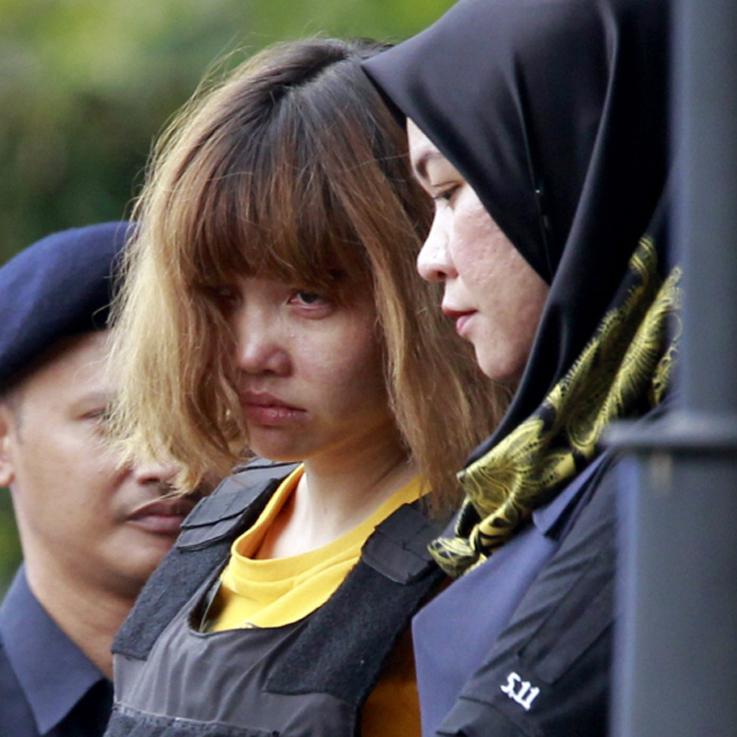 1일(현지시간) 오전 김정남 암살 용의자인 베트남인 도안 티 흐엉이 말레이시아 수도 쿠알라룸푸르 외곽의 세팡법원 앞에서 대중 앞에 처음으로 모습을 드러냈다. [AP=뉴시스]