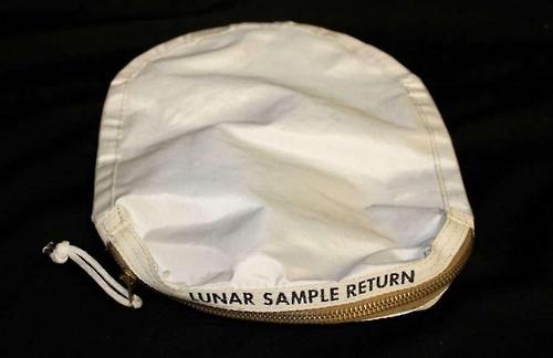 1969년 아폴로 11호가 유인 달 탐사 당시 채취해 온 흙먼지 주머니.