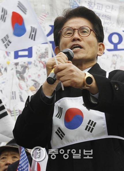 """김문수 전 경기지사는 1일 """"8명만으로 하는 헌법재판소는 엉터리 졸속재판이라며, 탄핵돼야 한다""""고 밝혔다. [중앙포토]"""