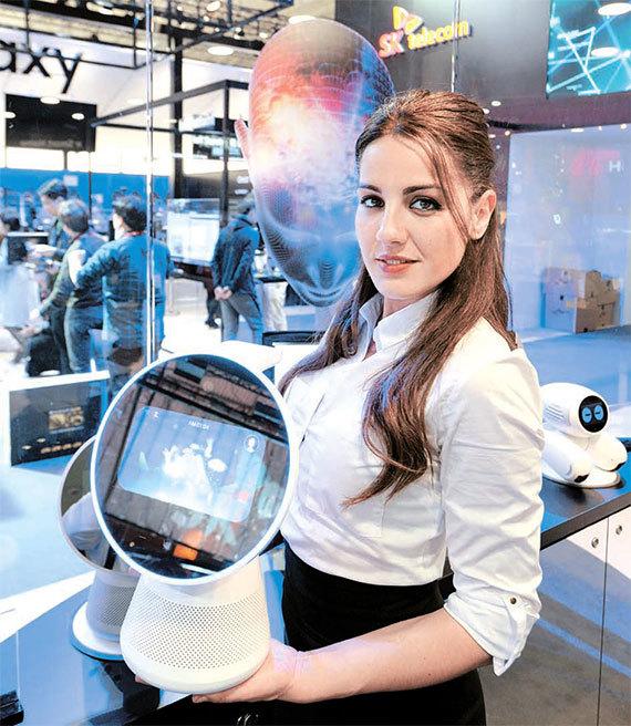 SK텔레콤은 음성은 물론 영상 인식까지 가능한 차세대 AI 로봇을 선보였다. [사진 SK텔레콤]