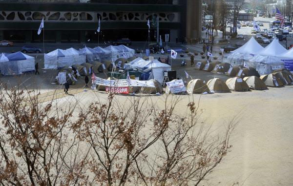 탄기국 등 보수단체가 1월 21일부터 점거하고 있는 서울 시청 앞 잔디광장. [사진 뉴시스]