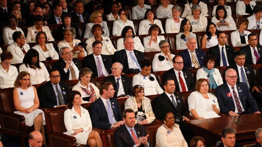 도널드 트럼프 대통령의 연설장에 흰옷을 입고 참석한 민주당 소속 여성 의원들. [로이터=뉴스1]