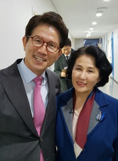 전여옥 작가는 1일 자신의 블로그에 김문수 전 경기지사와 찍은 '웃픈' 사진을 올렸다. [사진 전여옥 작가 블로그 캡처]