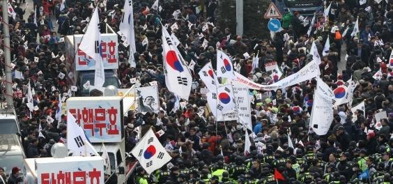 이른바 '태극기 집회'로 불리는 보수 단체의 탄핵 반대 집회. [중앙포토]
