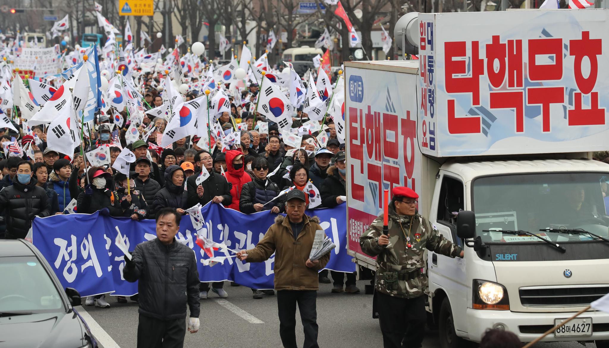 1일 오후 서울 광화문 광장 일대에서 3.1절 98주년 기념 태극기국민운동 및 구국기도회가 열렸다. 행사에 참가한 보수단체 회원들이 태극기를 흔들며 청운동 일대를 행진하고 있다. [사진 전민규 기자]