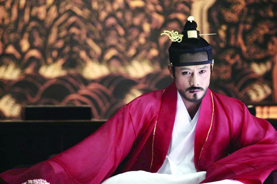광해군의 기록되지 않은 15일을 토대로 한 '광해, 왕이 된 남자'.