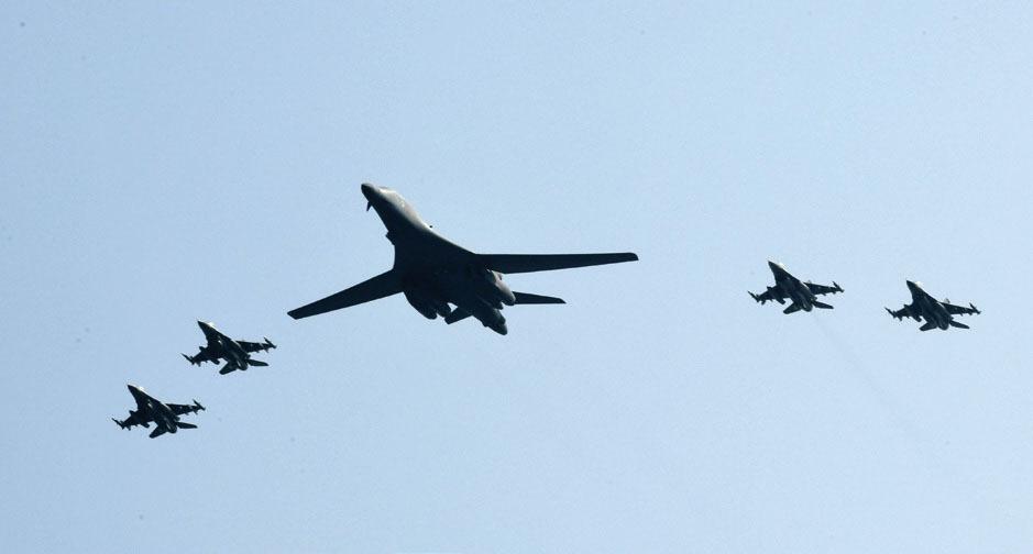 한국 상공을 날고 있는 미국의 전략폭격기. 북한에 대한 선제공격이 어려운 이유는 핵과 미사일의 위치를 정확히 파악하는 것이 불가능하기 때문이다. [중앙포토]