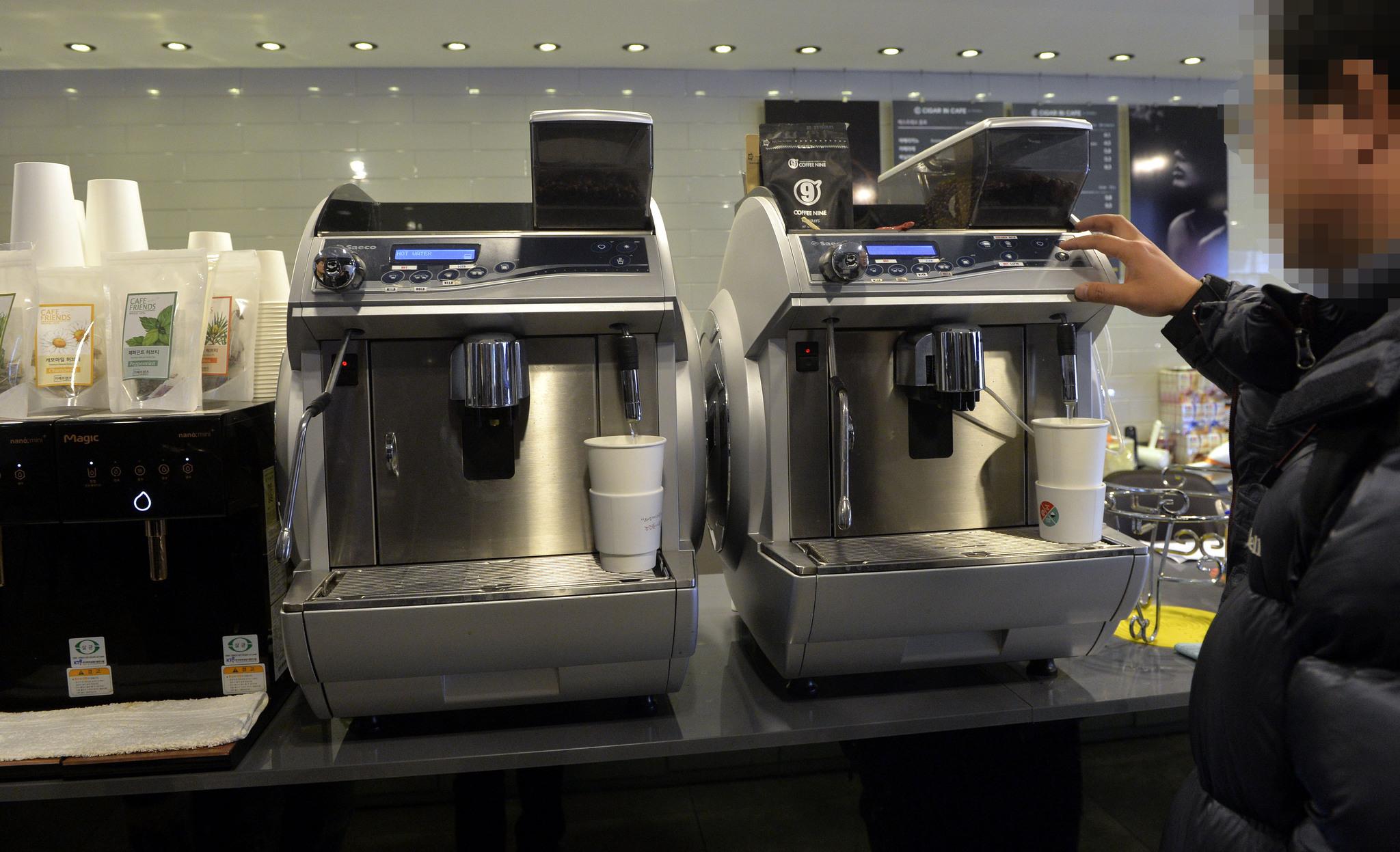 흡연카페에설치된 커피제조기.식품자동판매기영업으로 영업신고를 하기 위해 매대에 설치됐다.대전=프리랜서 김성태