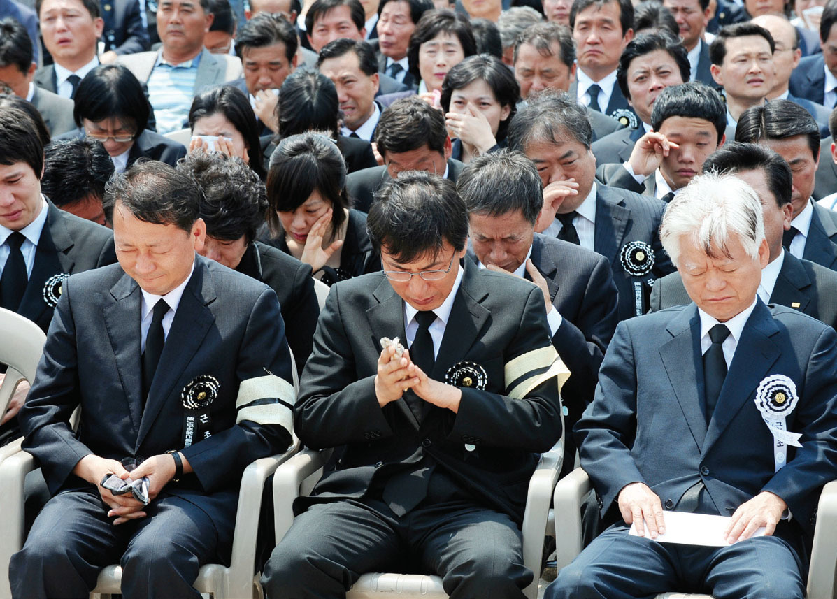 2011년 11월 고(故) 노무현 전 대통령의 영결식에 참석한 당시 민주당이광재(왼쪽)의원과 안희정 최고위원(가운데). [중앙포토]