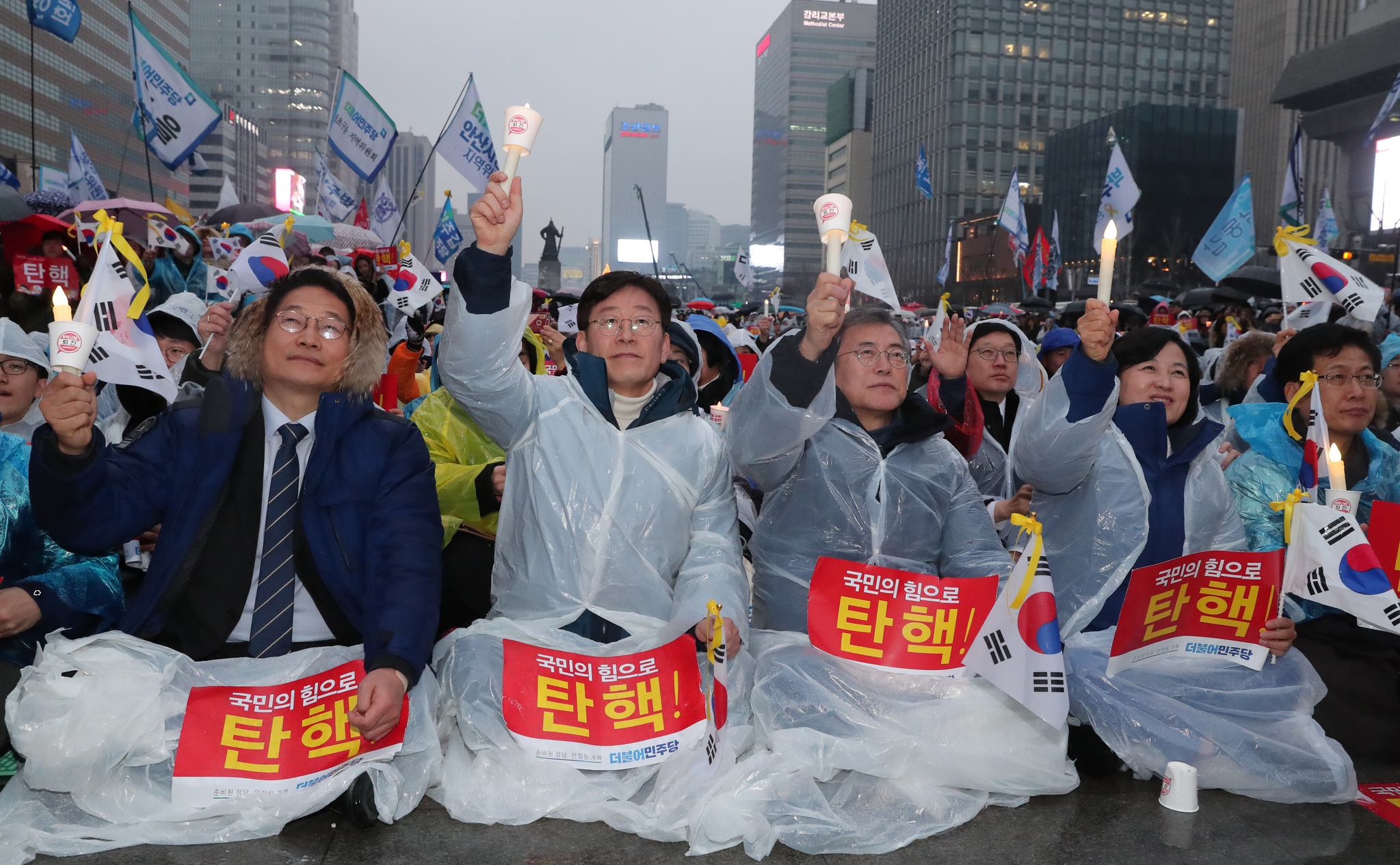 1일 오후 서울 광화문 광장에서 촛불집회가 열렸다. 이날 행사에 참가한 문재인 전 더불어민주당 대표와 이재명 성남 시장 등이 구호를 외치고 있다. 전민규 기자