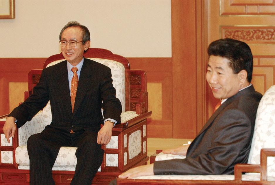 2003년 11월 10일 노무현 대통령으로부터 임명장을 받고 환담하고 있는 전윤철 당시 신임 감사원장. [중앙포토]