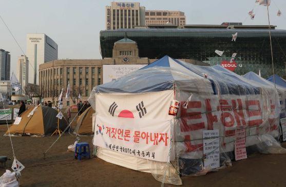 친박단체가 서울시청앞에 설치한 텐트. [사진 중앙포토]