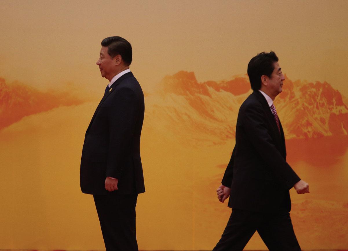 """2014년 APEC 회의장에서 만났던 시진핑 주석(왼쪽)과 아베 총리. 나이교수는 """"한국 차기 정부가 미국을 끌어들여 중국과 일본을 견제해야한다""""고 조언했다. [중앙포토]"""