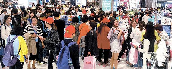 기존의 매장보다 넓어진 신세계면세점 부산점에서 쇼핑을 즐기는 중국인 관광객들. [사진 신세계면세점]