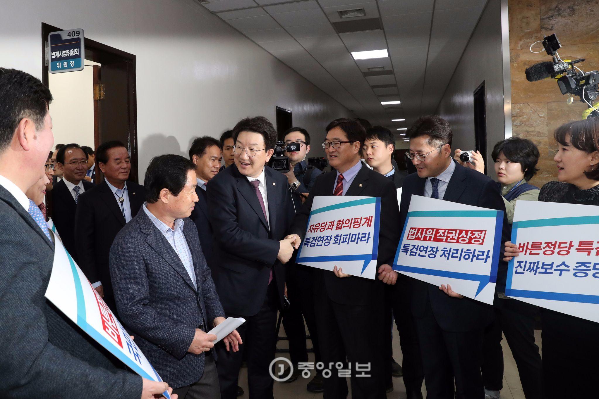 권성동 법사위원장이 2일 오후 서울 국회에서 열린 법제사법위원회의장으로 이동중에 특검 연장 법안 상정 피켓을 들고 항의하는 더불어민주당 의원들의 항의를 받고 있다.