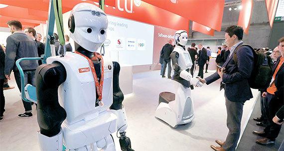 스페인 바르셀로나에서 열린 '모바일월드콩그레스(MWC) 2017'에서 방문객들이 영국 우분투 부스에 전시된 로봇들 둘러보고 있다. [로이터=뉴스1]