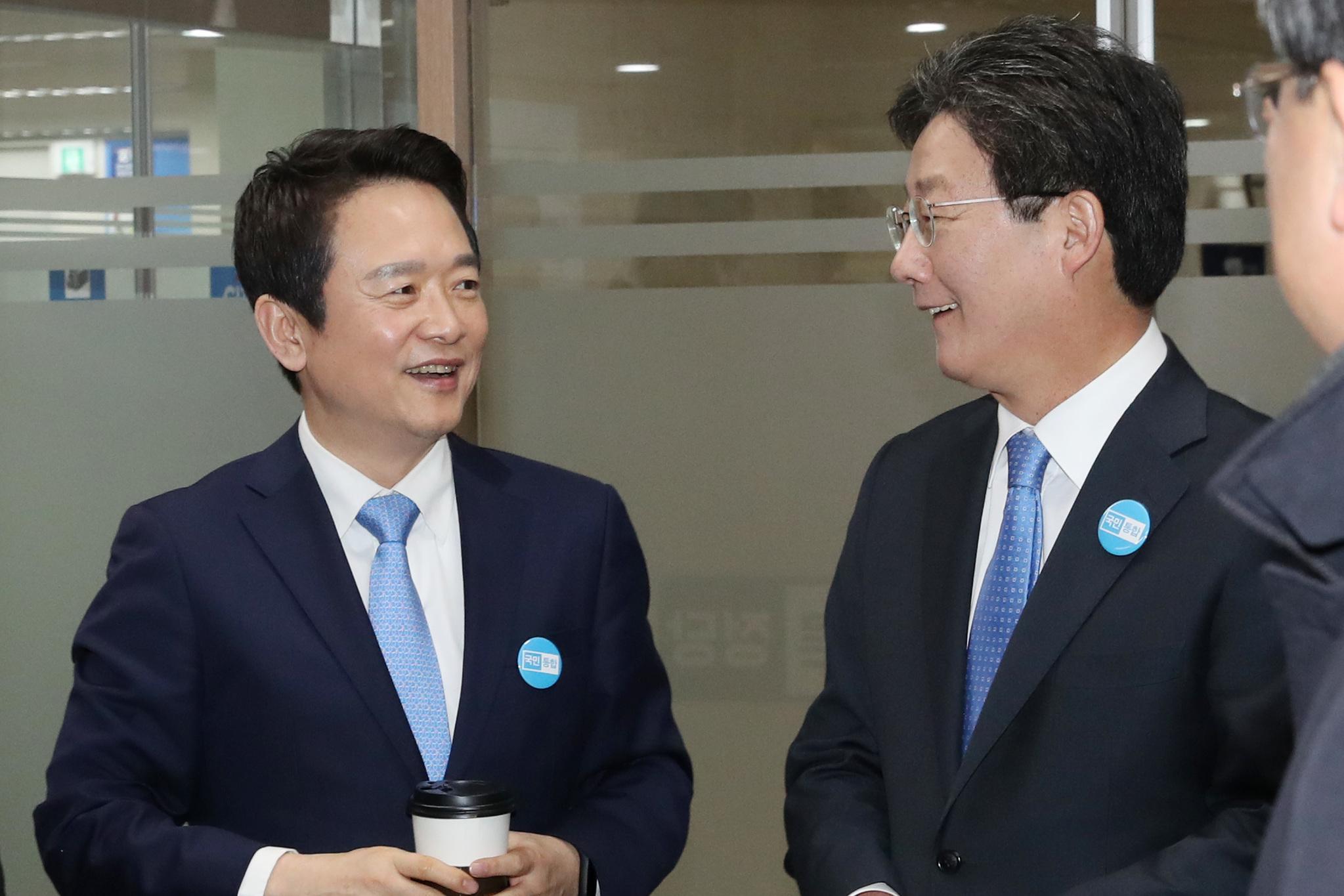 남경필 바른정당 의원(왼쪽)이 2일 오전 서울 여의도 당사에서 대선 공약발표 기자회견을 마친 뒤 유승민 의원과 만나 인사를 나누고 있다. 김경록 기자