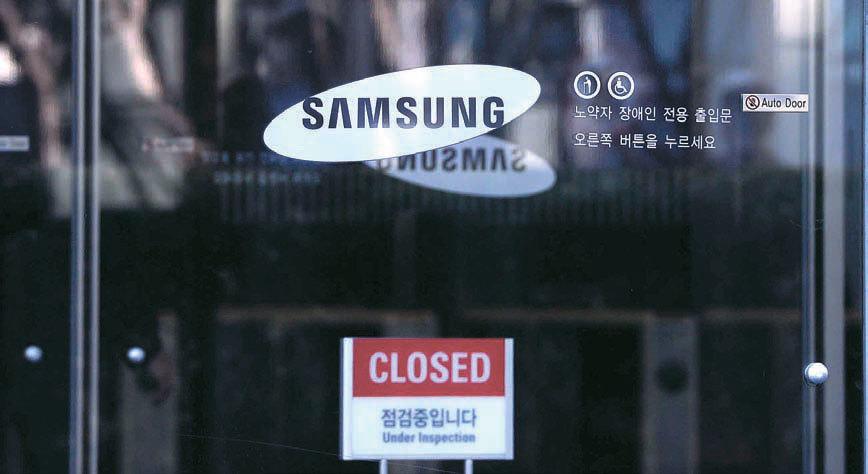 삼성그룹이 미래전략실 해체를 발표한 지난달 28일, 삼성전자 서초사옥 출입문이 굳게 닫혀있다. [뉴시스]