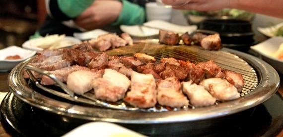 대표적인 서민 먹거리인 삼겹살. [중앙포토]