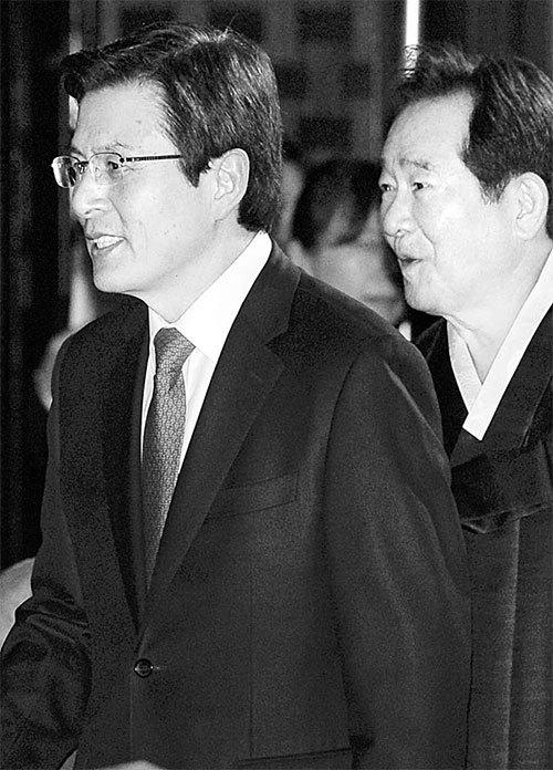 황교안 대통령 권한대행(왼쪽)과 정세균 국회의장이 1일 오전 서울 세종문화회관에서 열린 제98주년 3·1절 기념식에 참석하고 있다. [청와대사진기자단]