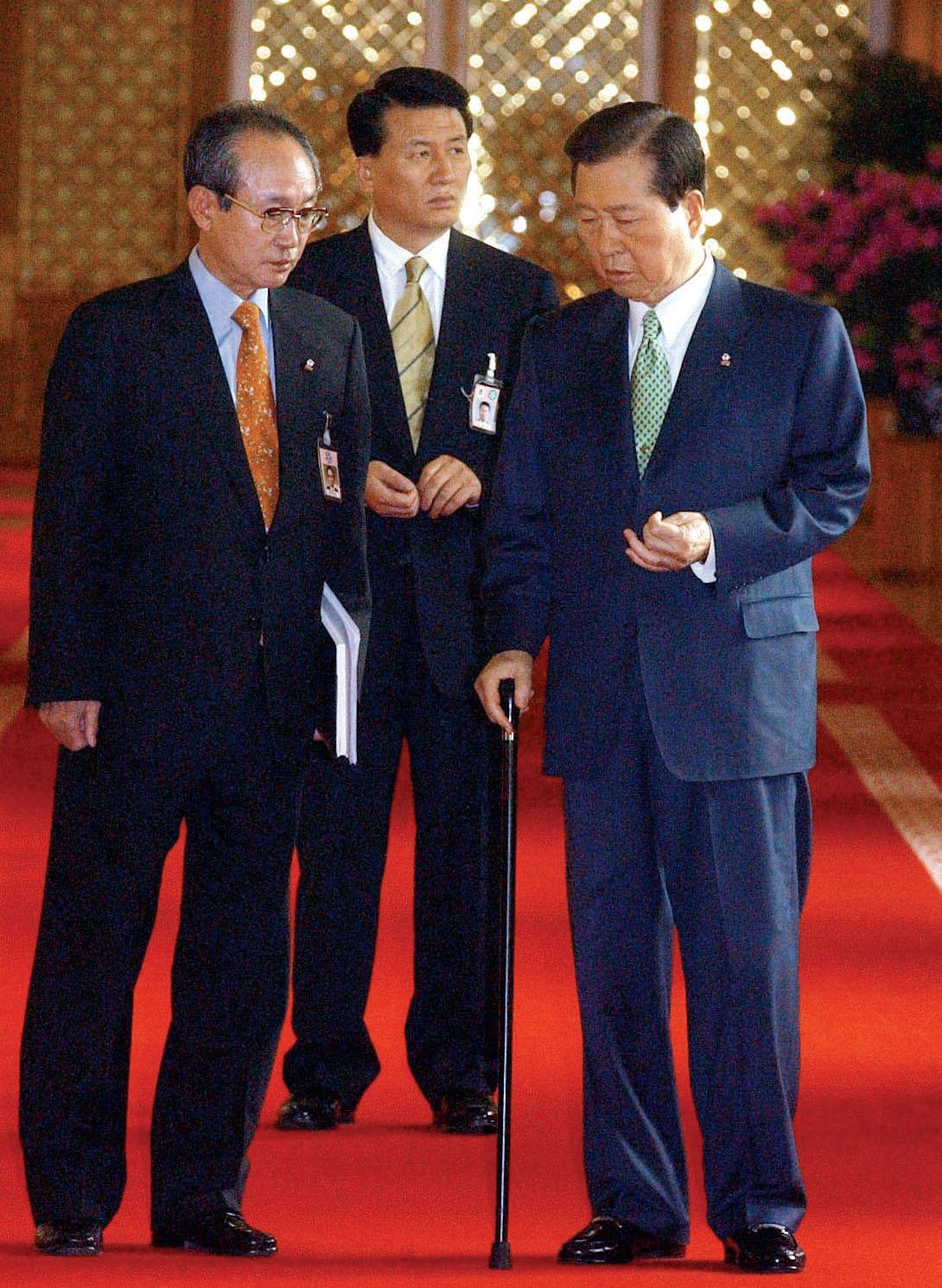 2002년 4월 김대중 대통령(오른쪽)이 청와대에서 전윤철 비서실장과 이야기를 나누며 국무회의장으로 들어서고 있다. [중앙포토]