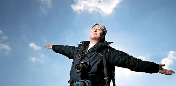 KAIST를 졸업한 박성호씨가 지난 2일 서울 개포동 자택 옥상에서 18개국 세계 여행을 회상하며 두 팔을 펼쳤다. 당시 들고 다녔던 카메라·렌즈도 꺼내 목에 걸었다. 박씨는 불과 1090만원으로 2015년에 1년간 세계를 일주했다. [사진 전민규 기자]