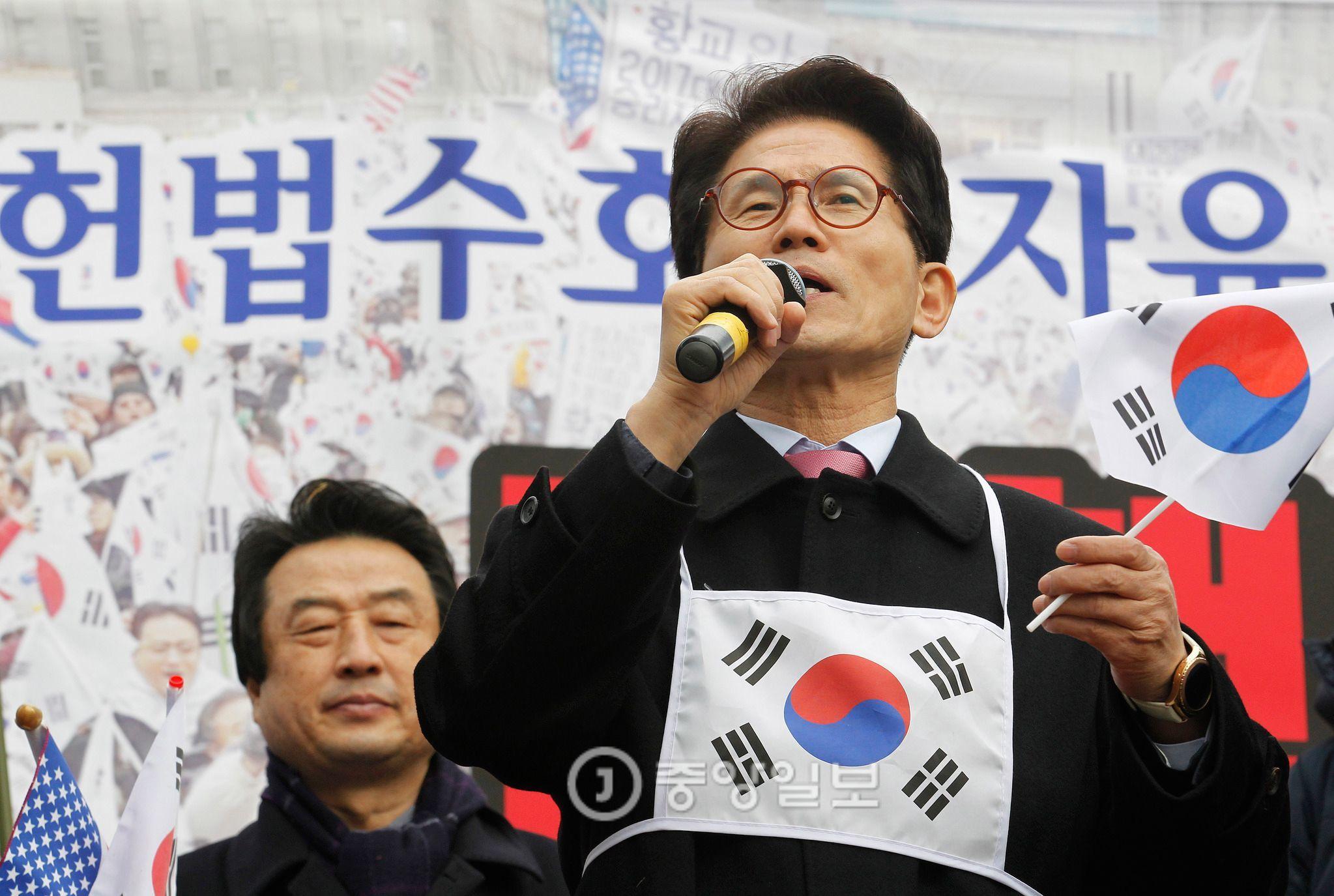 김문수 전 경기도지사가 태극기를 들고 발언하고 있다. [프리랜서 공정식]