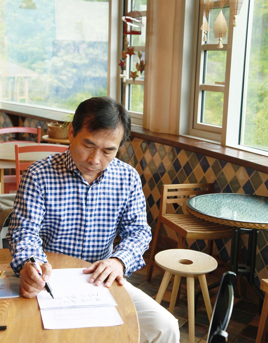 고도원은 2001년 시작해 지난 16년간 하루도 빼지 않고 '고도원의 아침 편지'를 쓰고 있다. 그가 절대고독 속에서 길어낸 가슴 속 고갱이들이다.