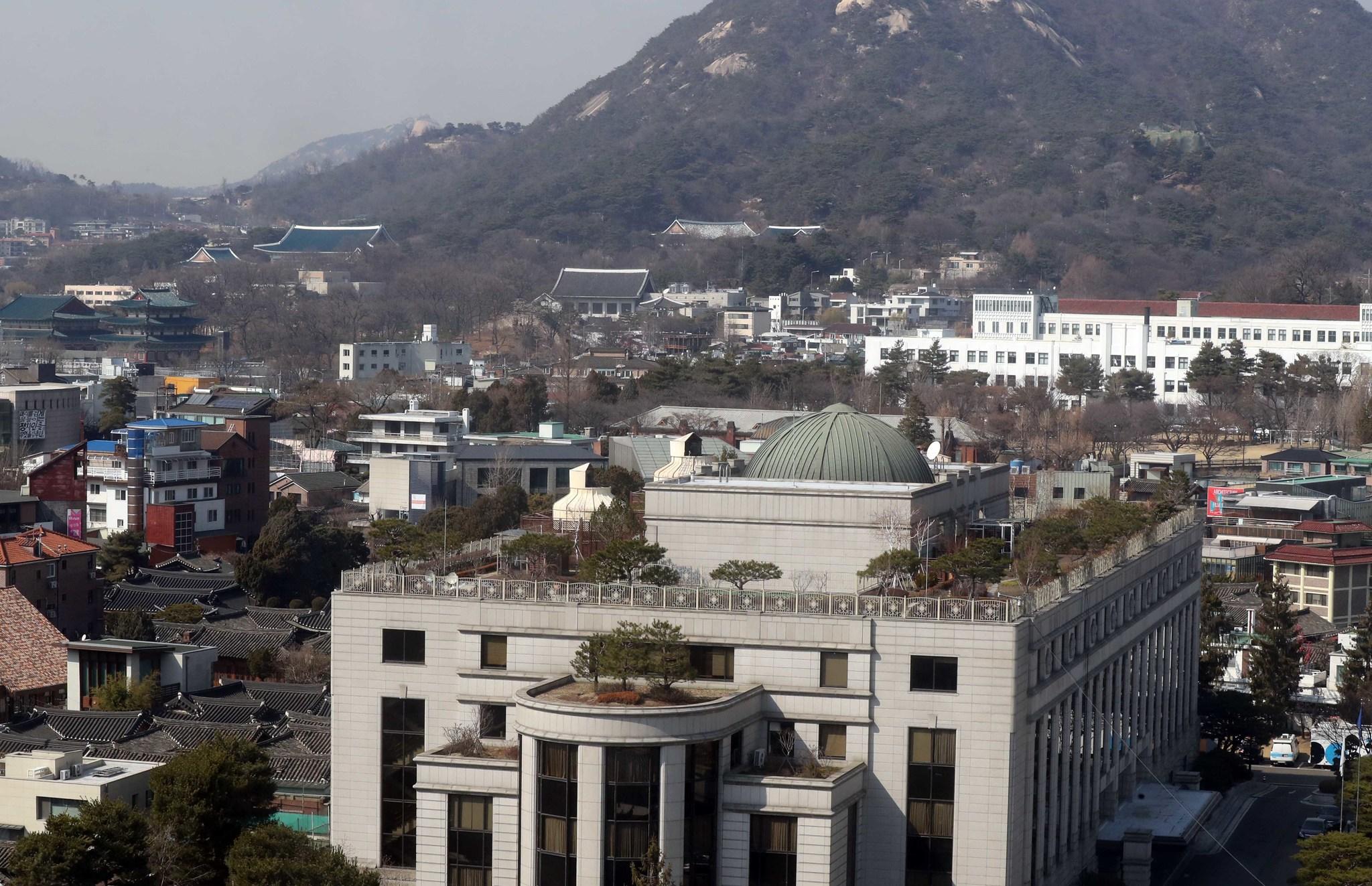 헌법재판소의 탄핵심판 선고가 임박한 가운데 주말인 지난 4일 서울 대한문앞과 광화문 광장에서는 탄핵반대와 탄핵가결을 외치는 군중집회가 연이어 열렸다. 이날 헌법재판소 뒤로 박근혜 대통령이 머물고 있는 청와대가 보인다. 김상선 기자