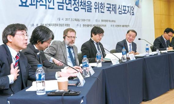 2일 국회의원회관에서 열린 금연정책 국제 심포지엄에서 한국·일본·영국의 전문가들이 효과적인 금연정책 방안에 대한 의견을 발표하고 있다. 프리랜서 조용철