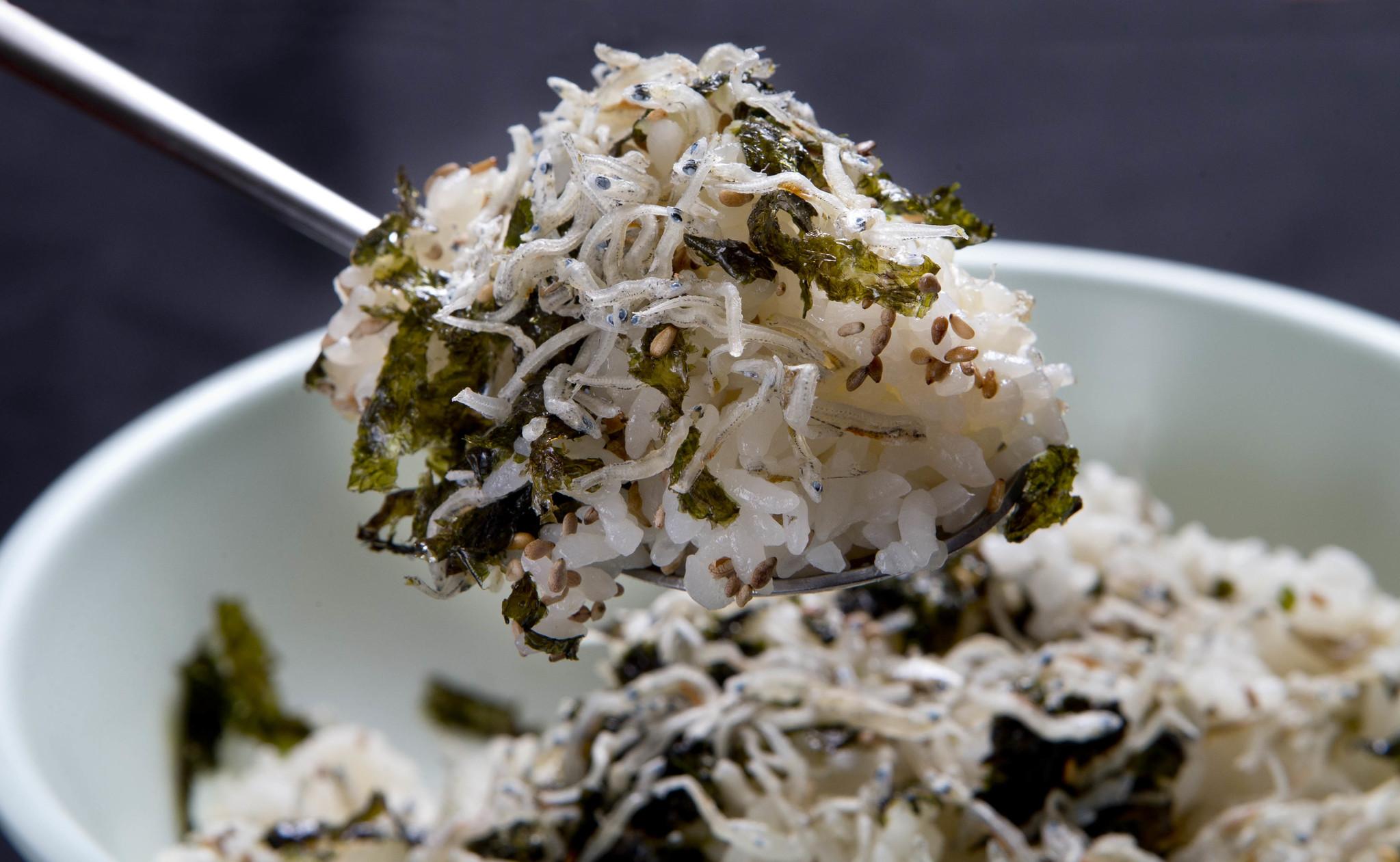 멸치마을에서 맛볼 수 있는 멸치밥.